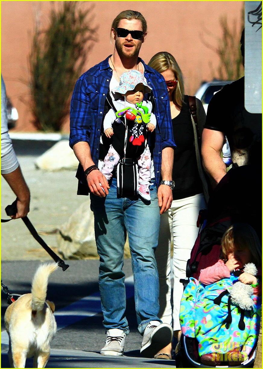 chris hemsworth elsa pataky palm springs stroll with india 09