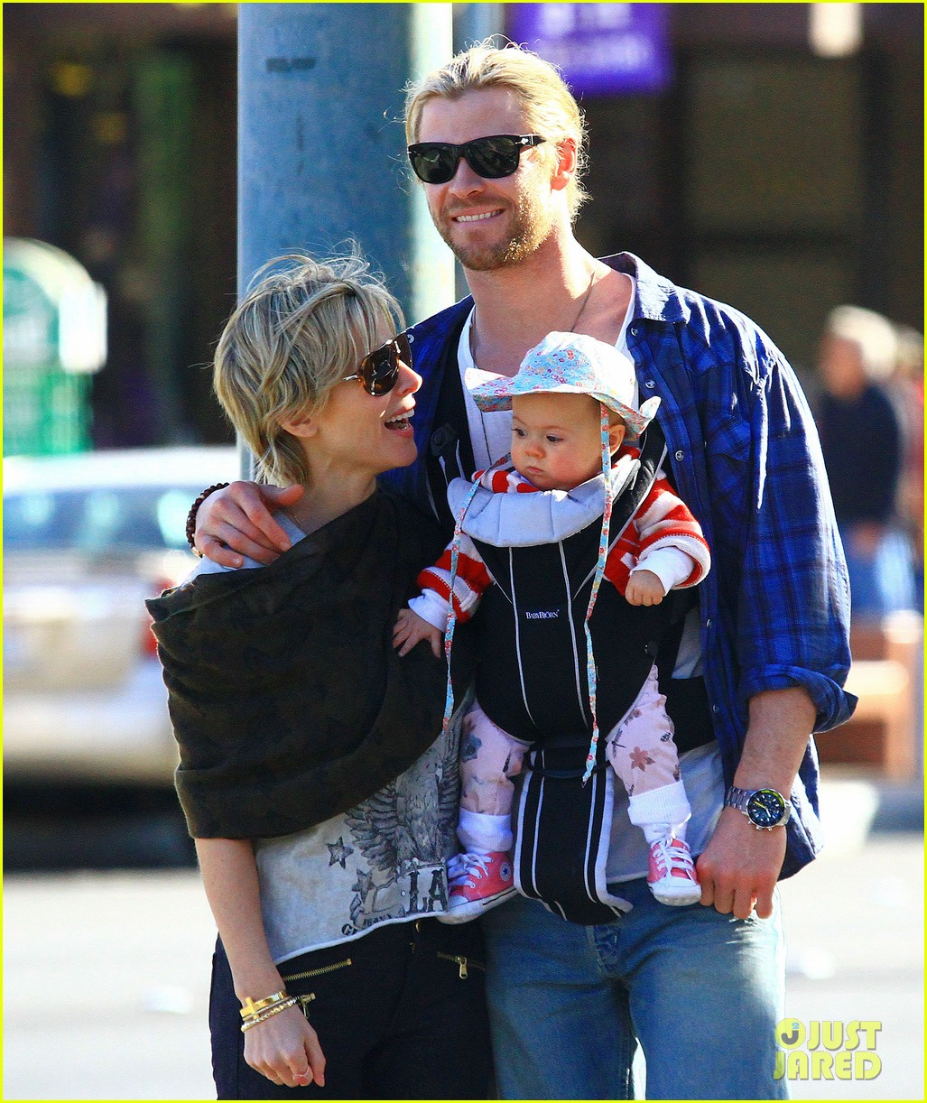 chris hemsworth elsa pataky palm springs stroll with india 22