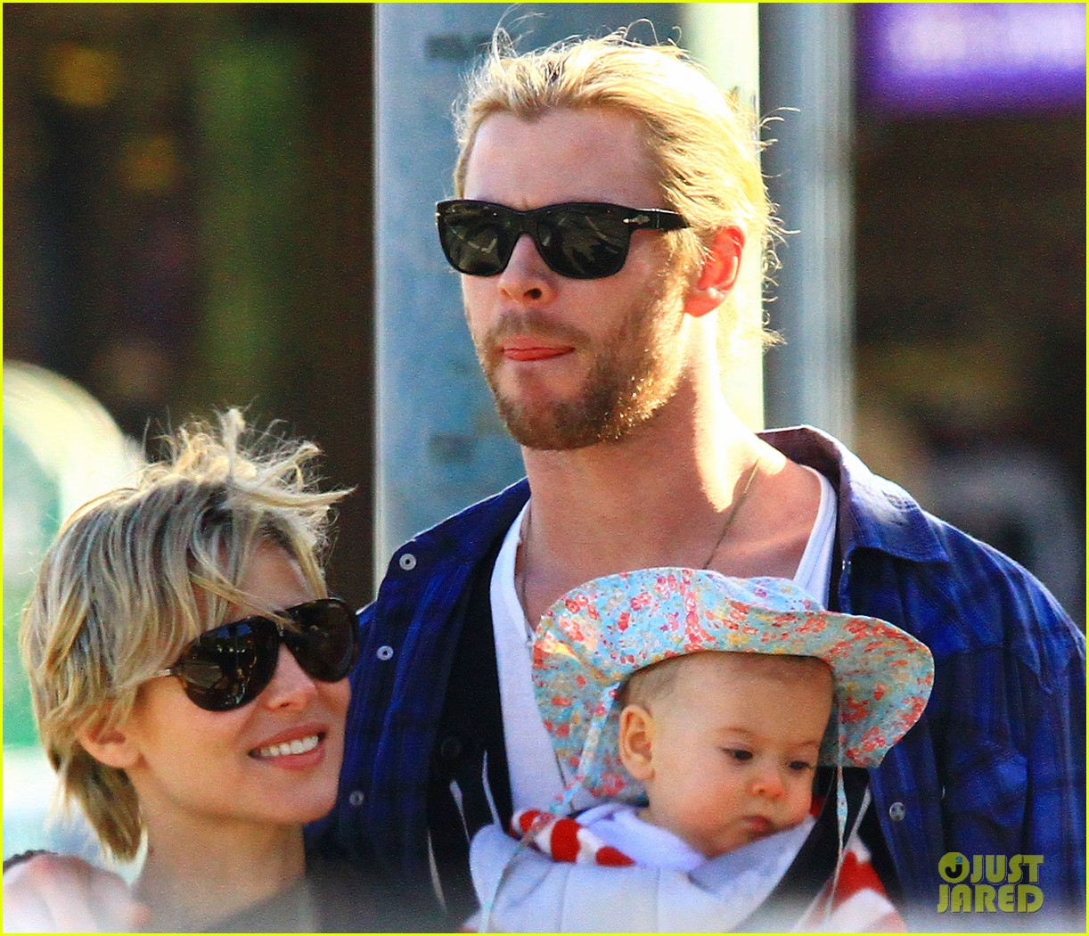 chris hemsworth elsa pataky palm springs stroll with india 25
