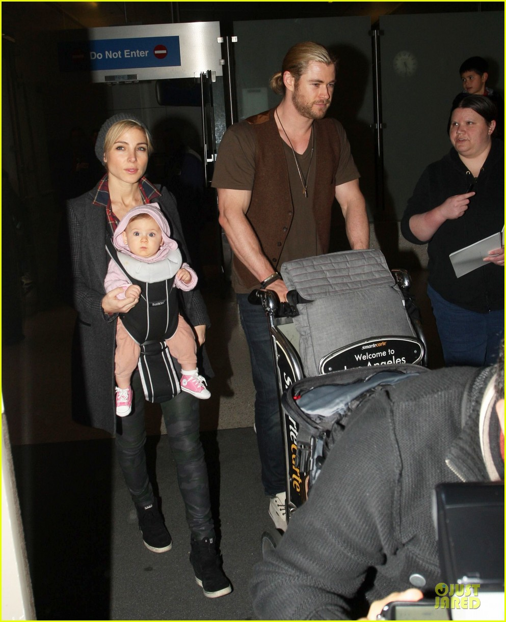 chris hemsworth & elsa pataky los angeles landing with india 01