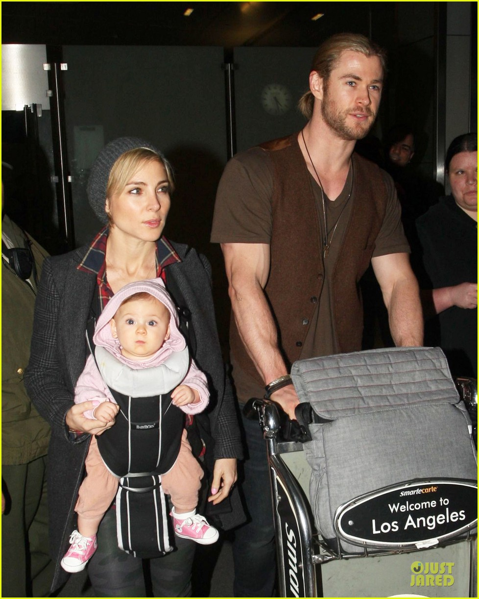 chris hemsworth & elsa pataky los angeles landing with india 02