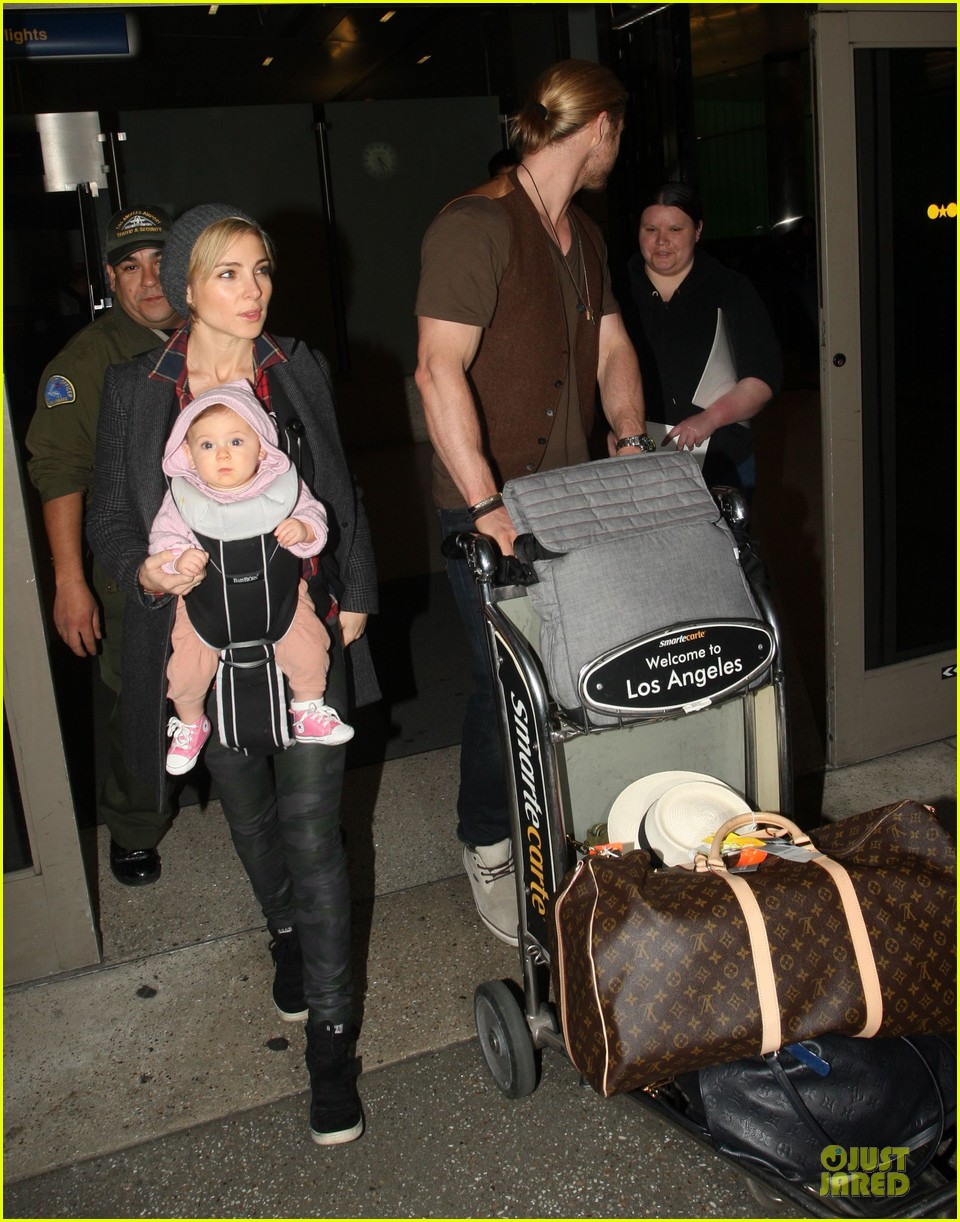 chris hemsworth & elsa pataky los angeles landing with india 07