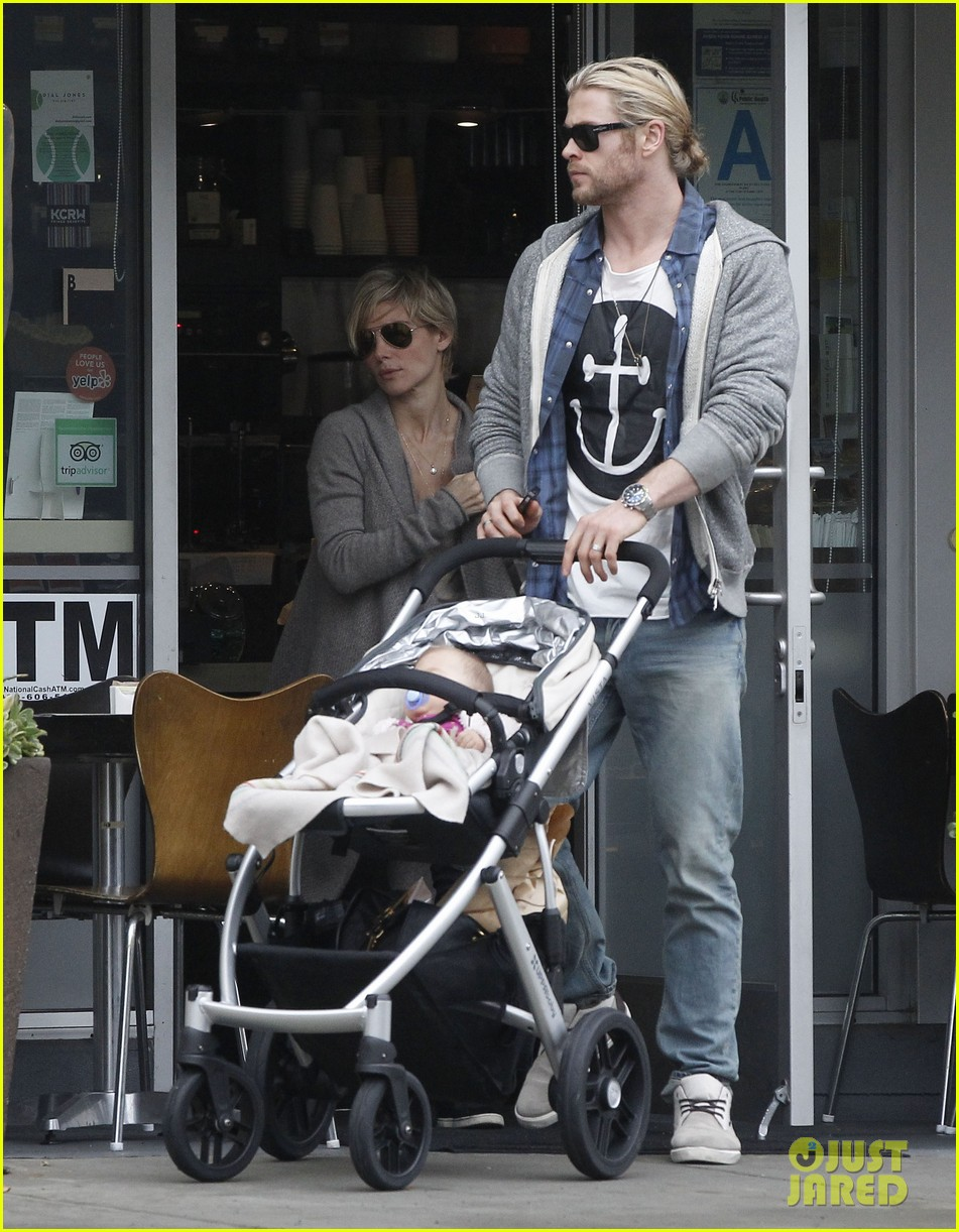 chris liam hemsworth christmas eve dinner shopping 07