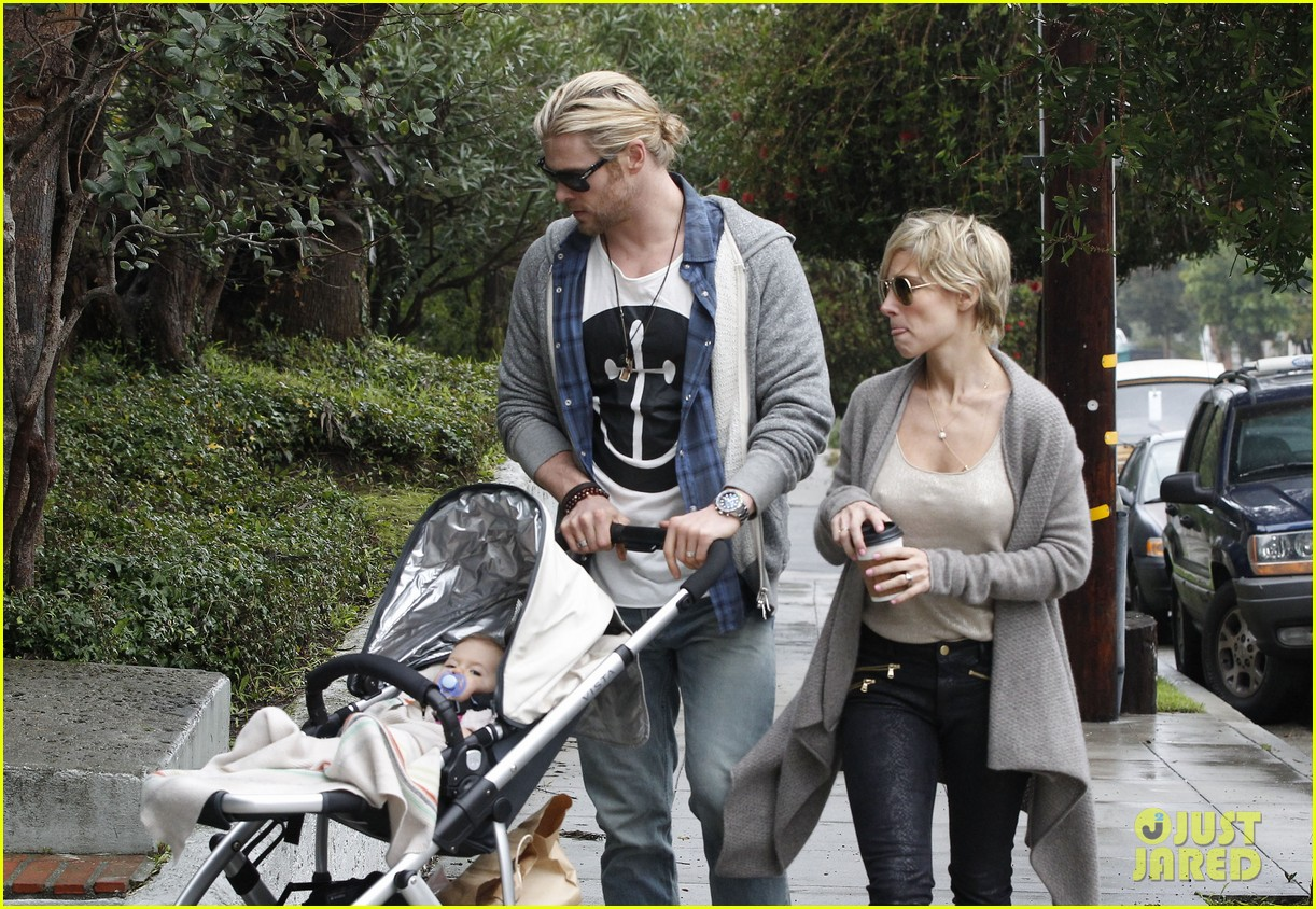 chris liam hemsworth christmas eve dinner shopping 08