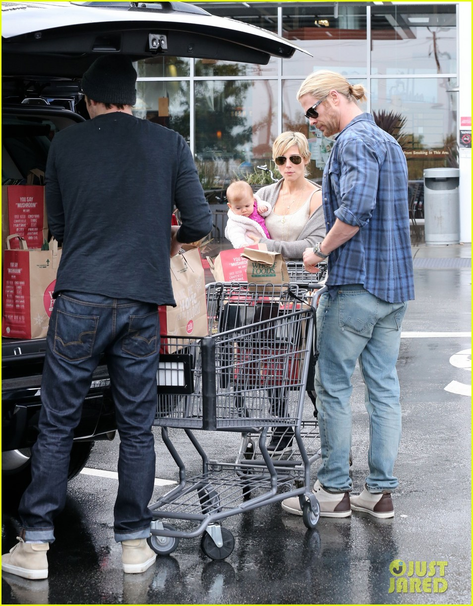 chris liam hemsworth christmas eve dinner shopping 21