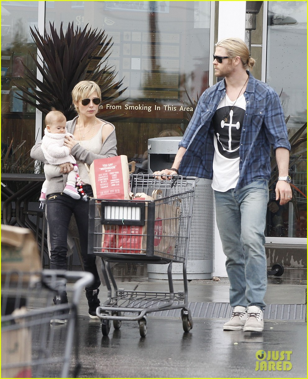 chris liam hemsworth christmas eve dinner shopping 27