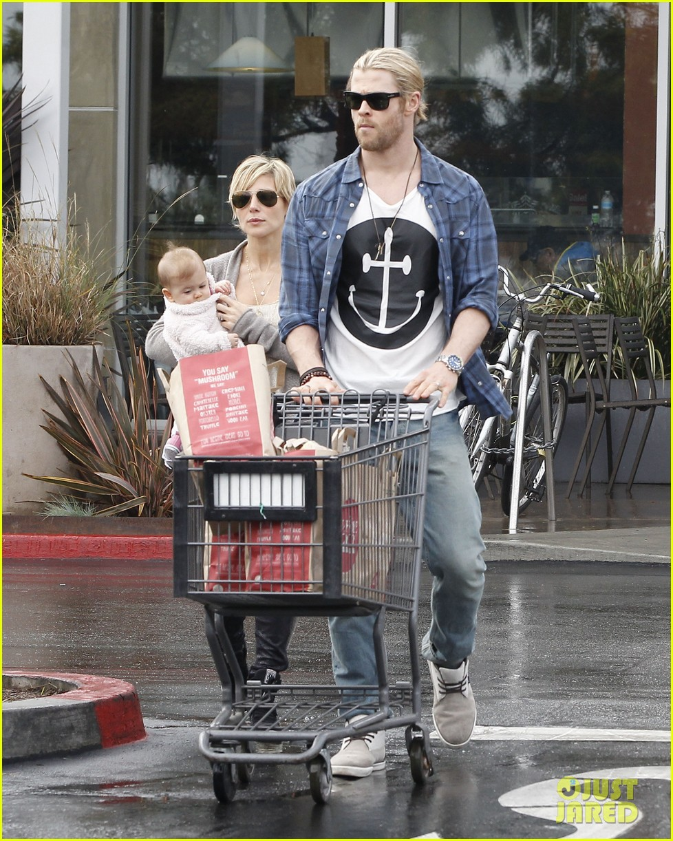 chris liam hemsworth christmas eve dinner shopping 28
