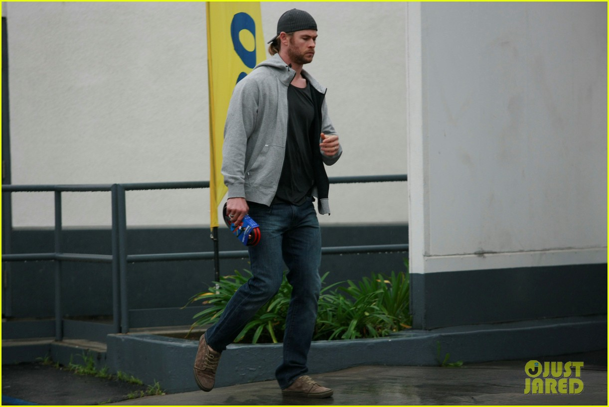 chris hemsworth car trouble on new years eve 032782994