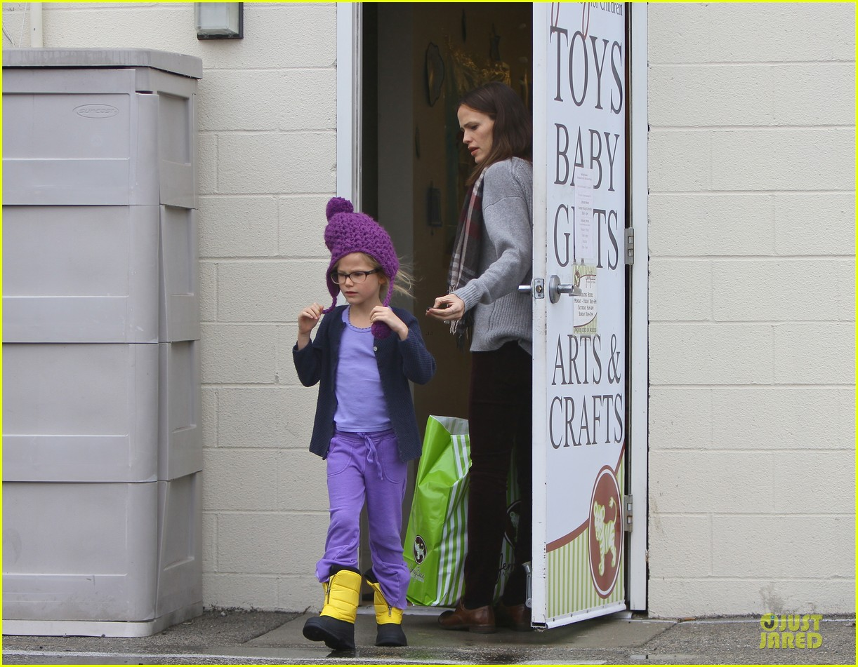 jennifer garner & ben affleck holiday shopping with the girls 09