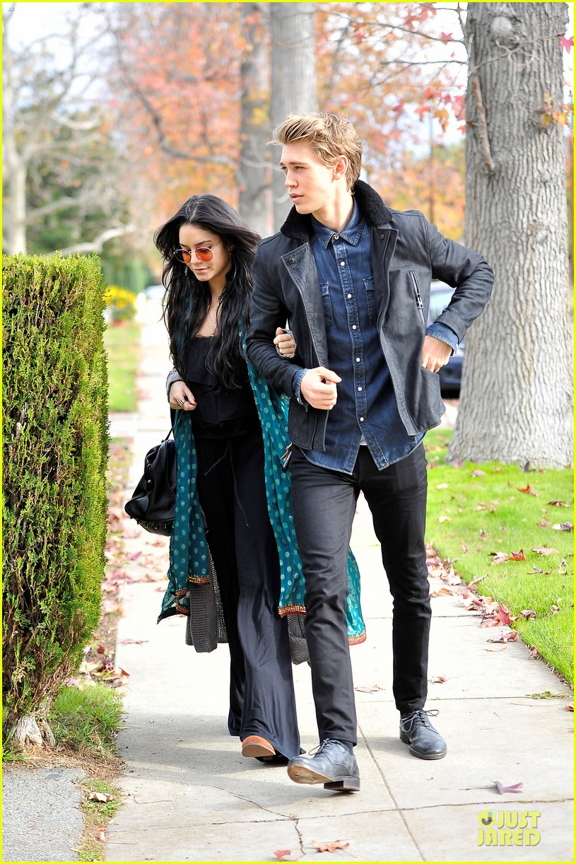 vanessa hudgens & austin butler holiday party couple 03