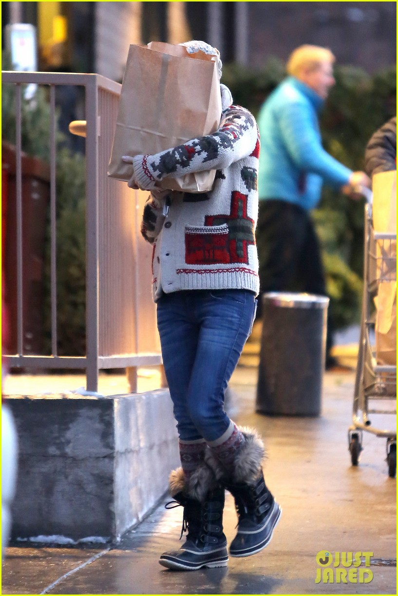 kate hudson matt bellamy snowy aspen stroll 15