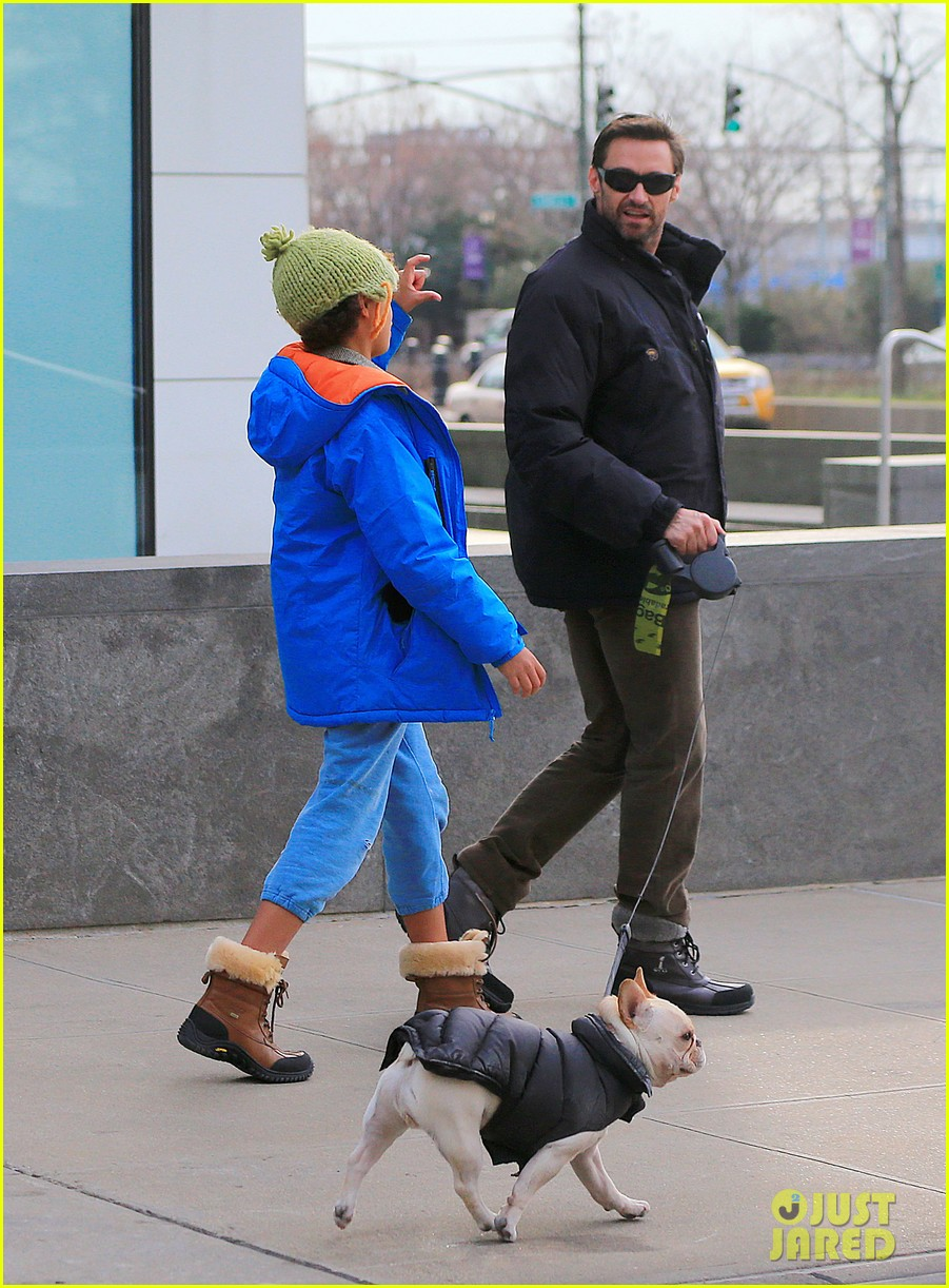 hugh jackman christmas eve shopping with oscar ava 01