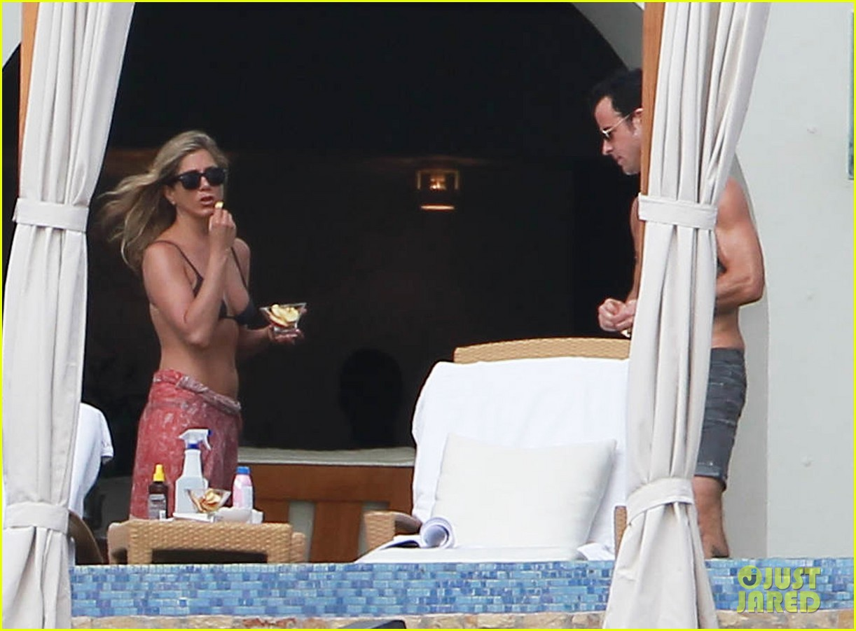 jennifer aniston bikini tanning with justin theroux 17