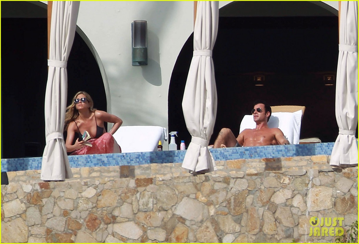 jennifer aniston bikini tanning with justin theroux 24
