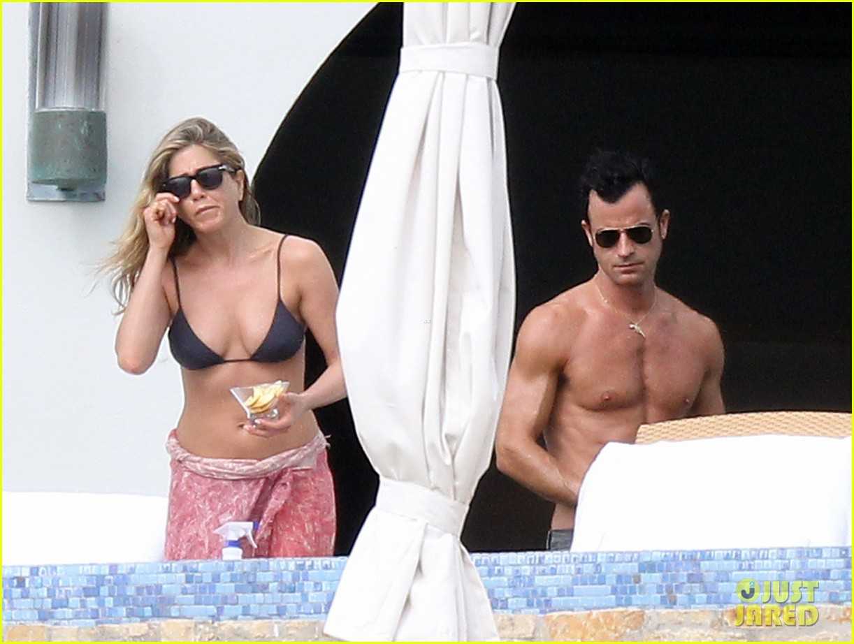 jennifer aniston bikini tanning with justin theroux 282781442