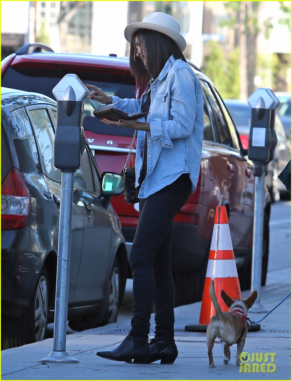 jessica szohr holiday shopping giggles 062779195