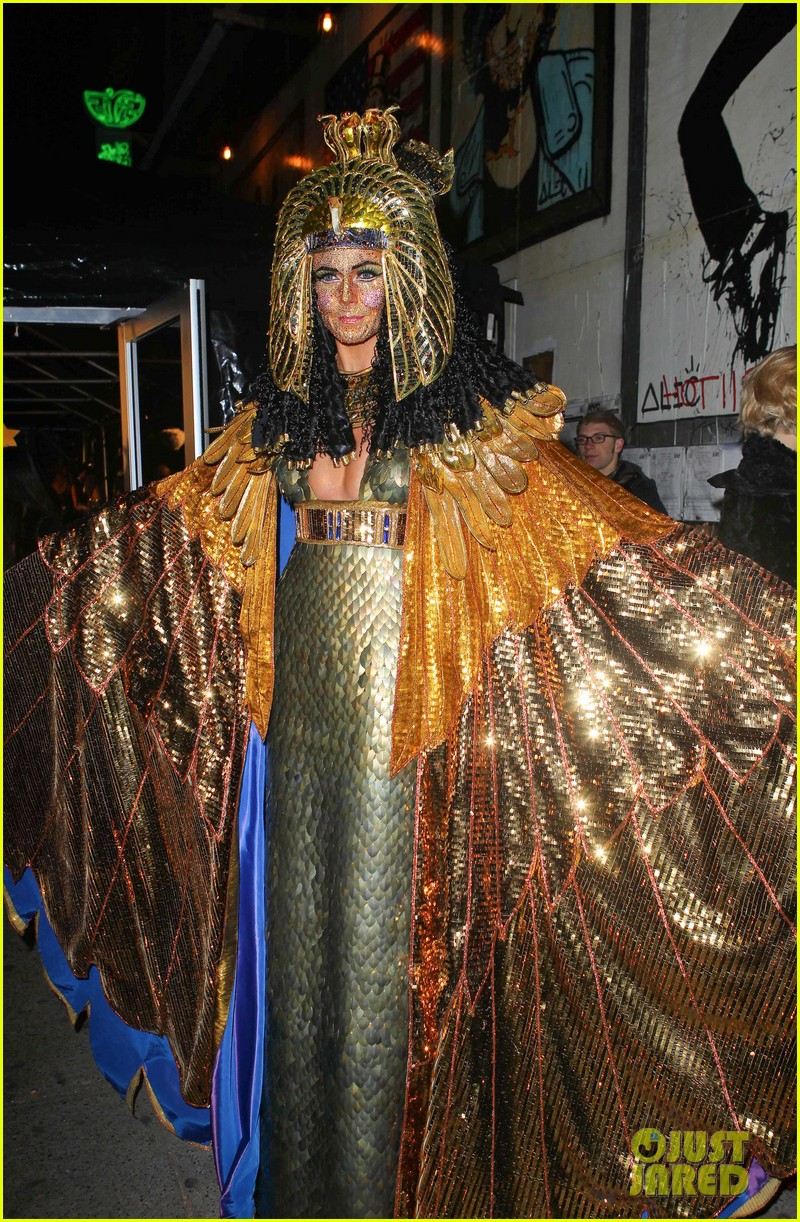 heidi klum cleopatra at holiday costume party 14