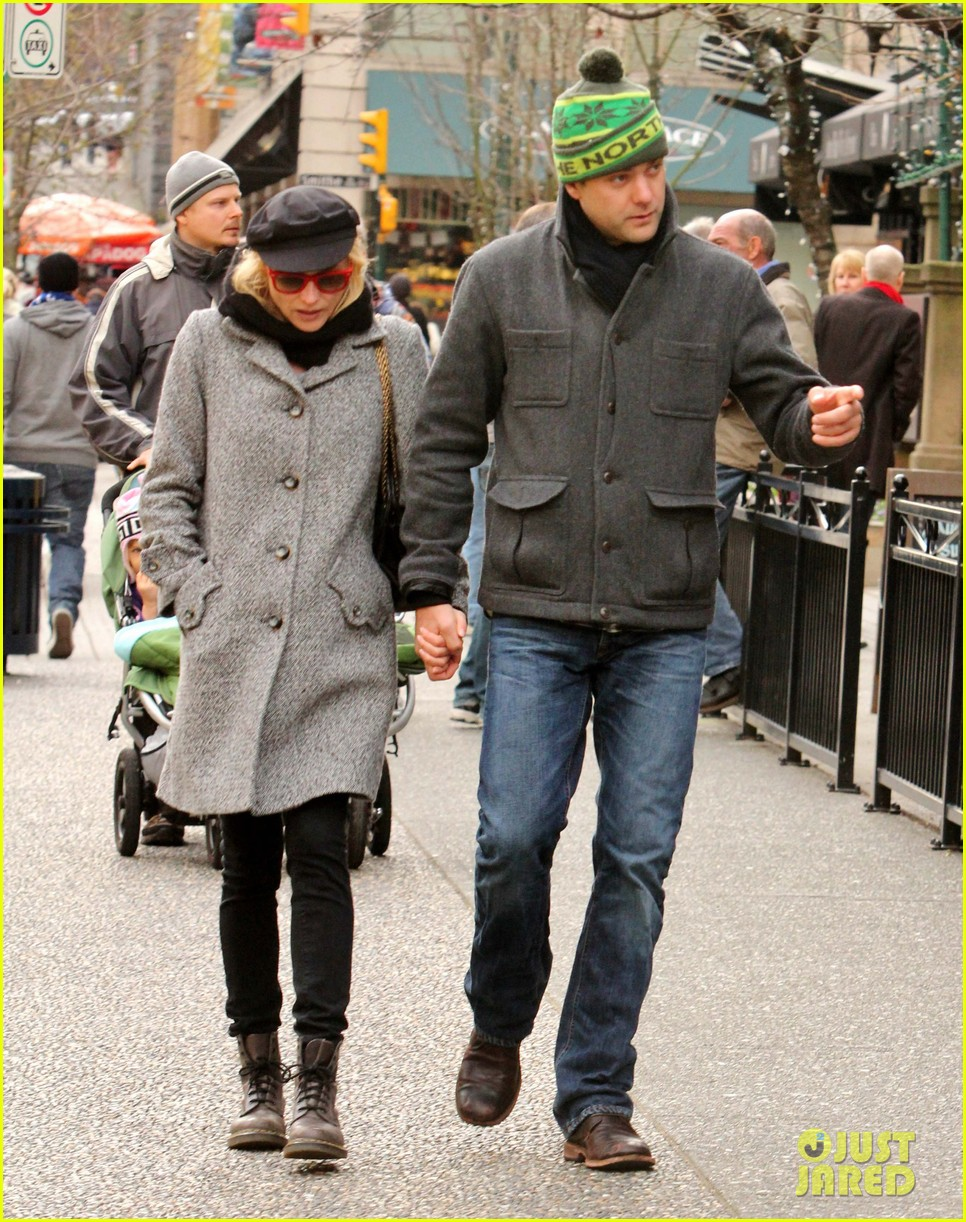 diane kruger joshua jackson holiday shopping kisses 01