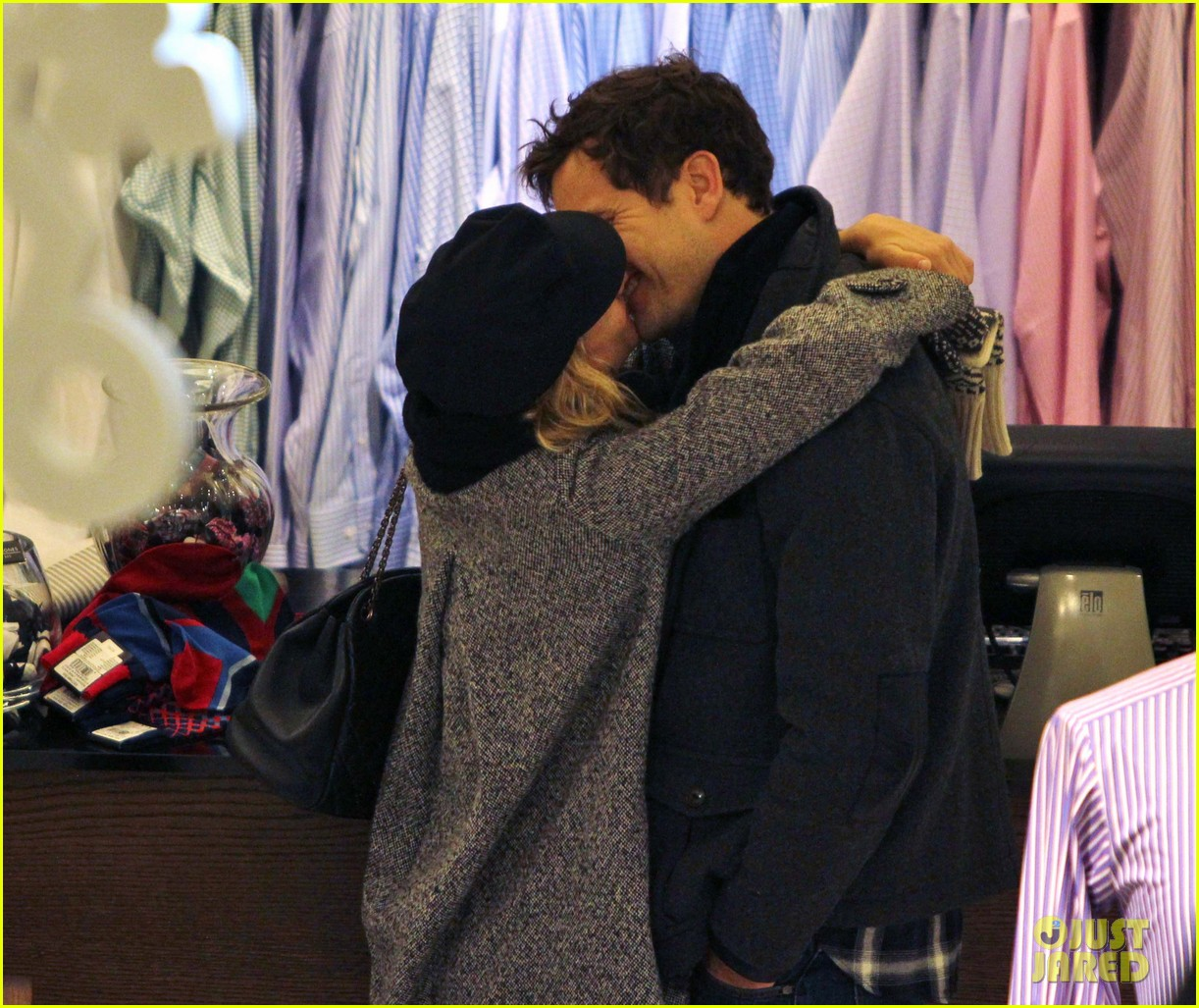 diane kruger joshua jackson holiday shopping kisses 26