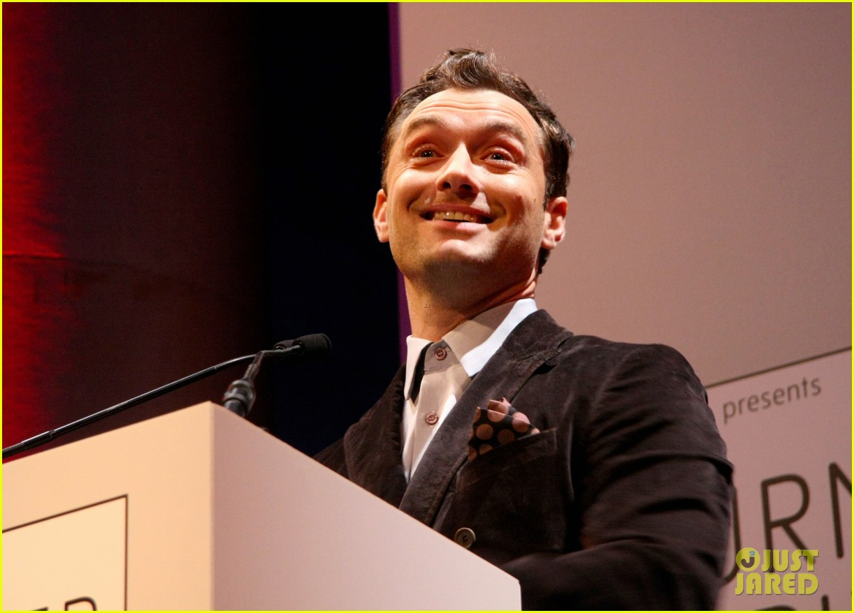 jude law 2012 turner prize presenter 03