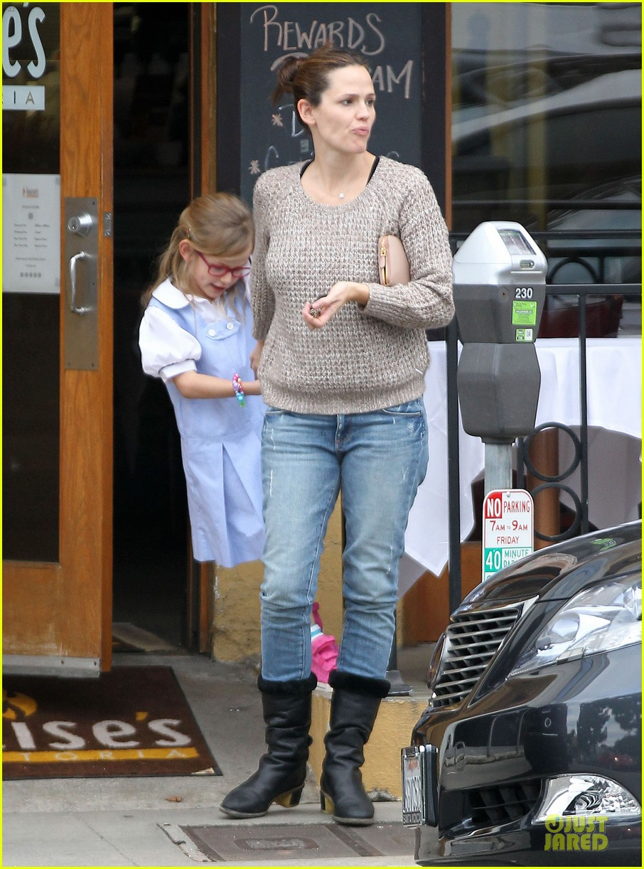 jennifer garner louises dinner with violet 01