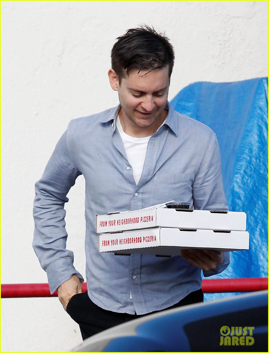 tobey maguire pizza pickup on christmas eve 02