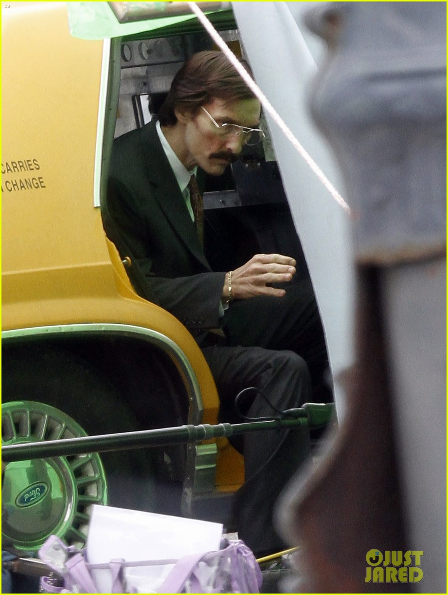 matthew mcconaughey costume day on dallas buyers club set 01