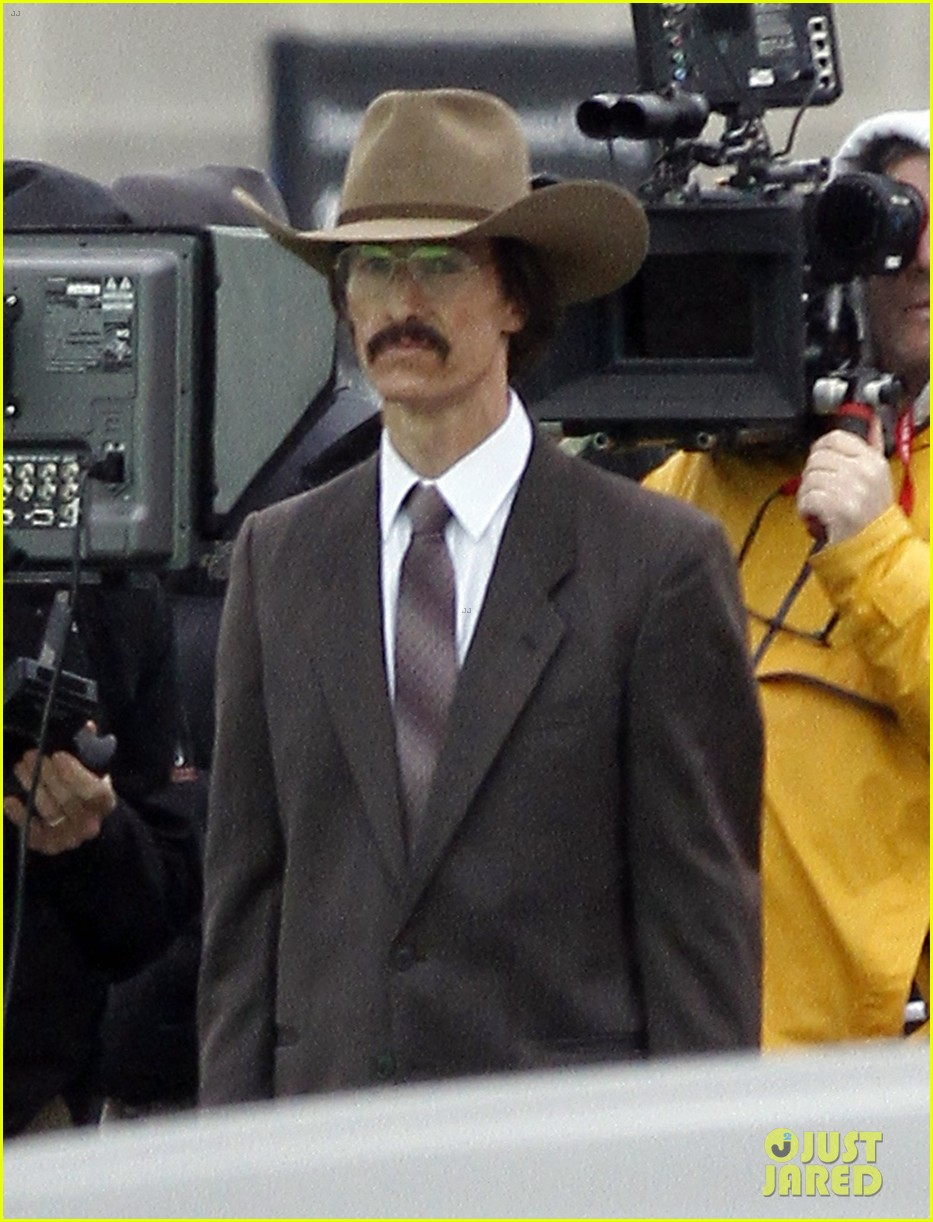 matthew mcconaughey costume day on dallas buyers club set 04