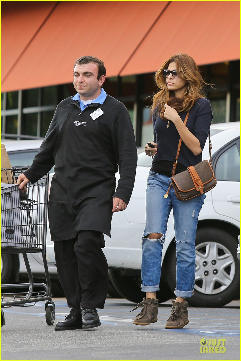 eva mendes grocery shopping with a gal pal 032782695
