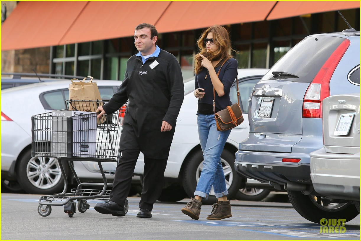 eva mendes grocery shopping with a gal pal 06