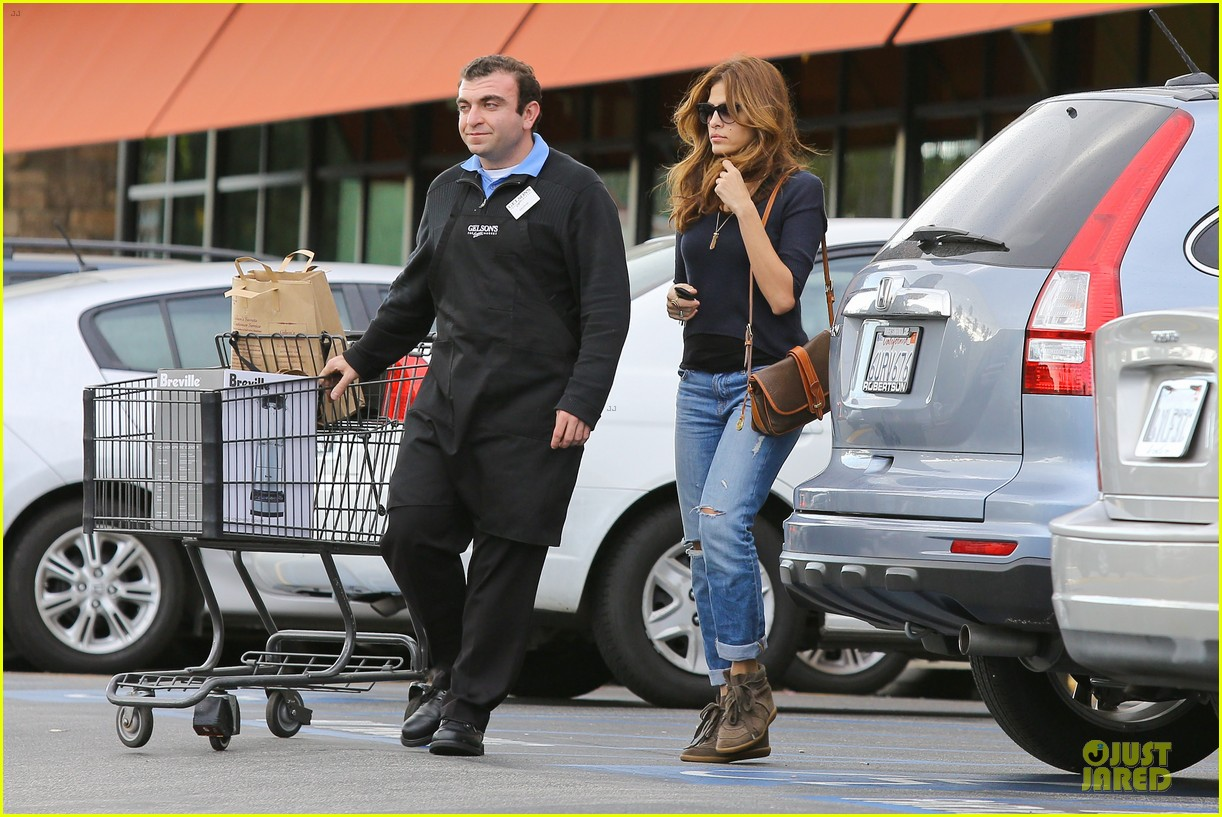 eva mendes grocery shopping with a gal pal 10