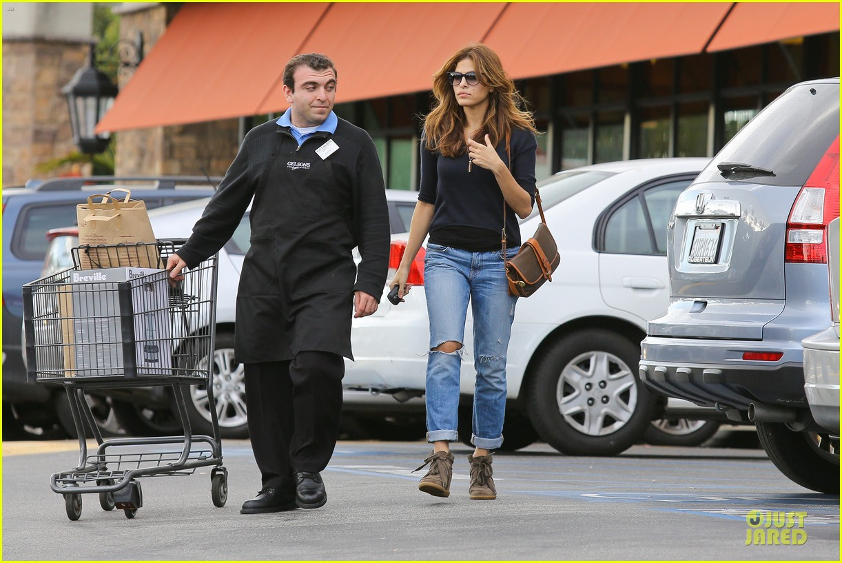 eva mendes grocery shopping with a gal pal 12