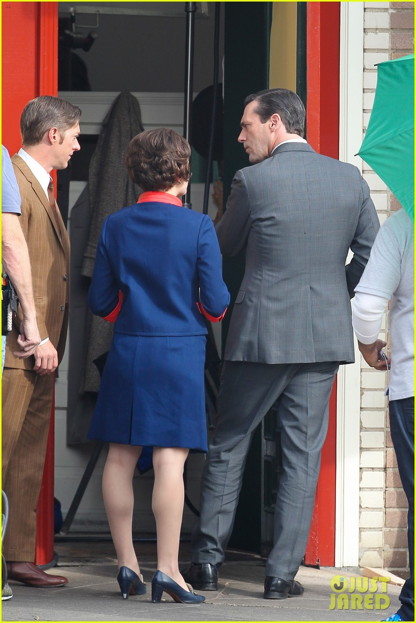 elisabeth moss mad men set with jon hamm 02