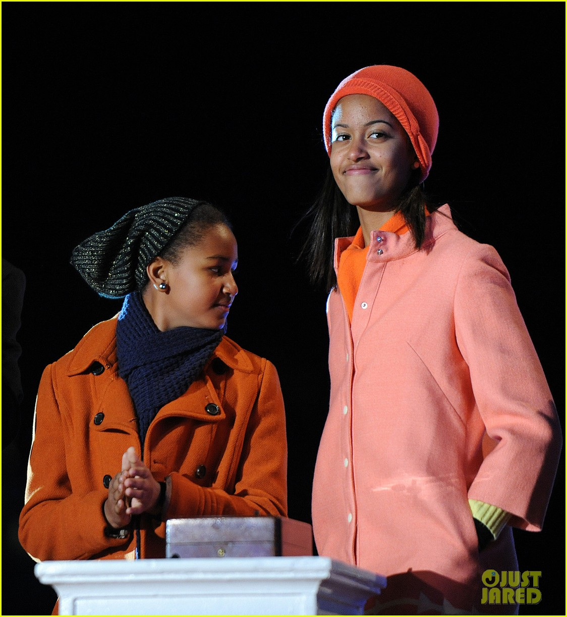 barack obama tree lighting with michelle the girls 062770679