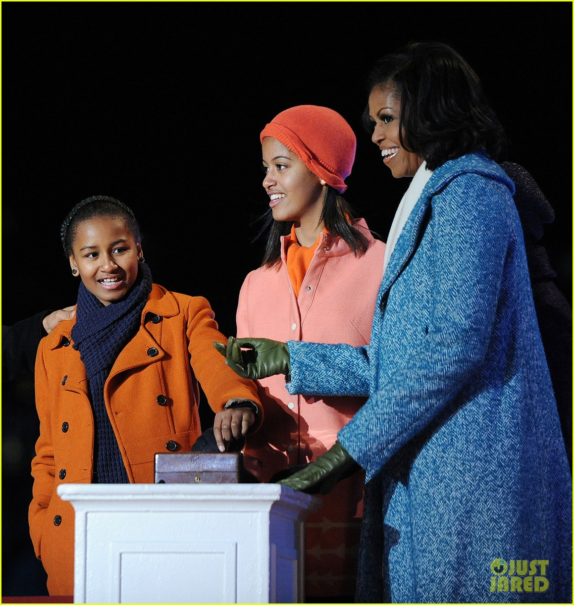barack obama tree lighting with michelle the girls 09