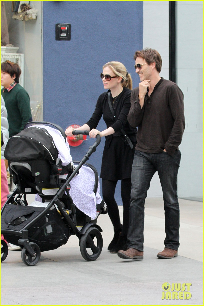 anna paquin stephen moyer holiday shopping with the twins 05