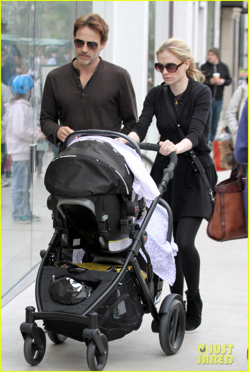 anna paquin stephen moyer holiday shopping with the twins 07