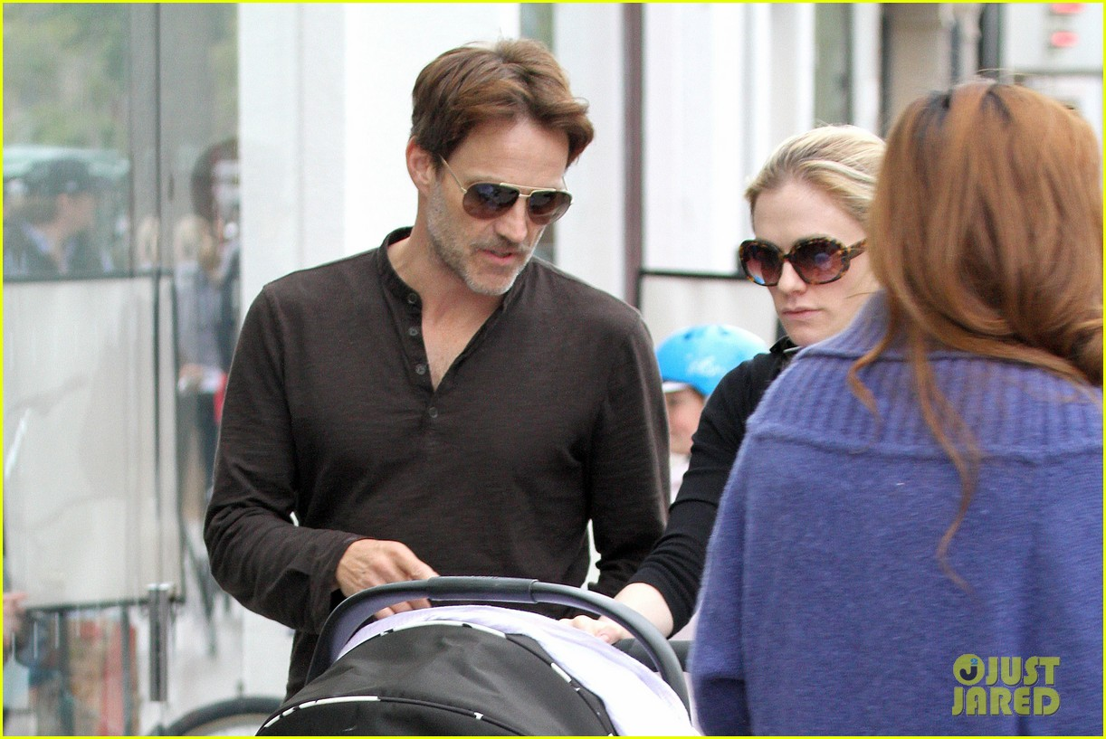anna paquin stephen moyer holiday shopping with the twins 252778721