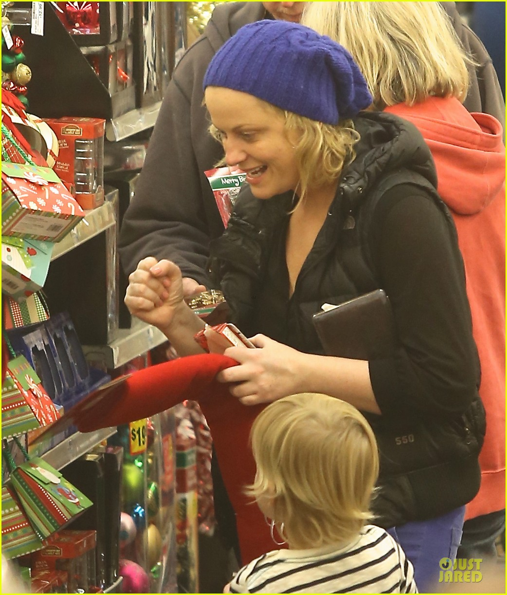 amy poehler holiday shopping with archie 02