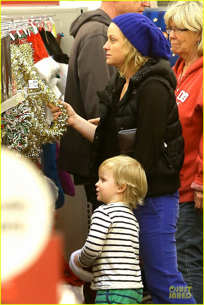 amy poehler holiday shopping with archie 08