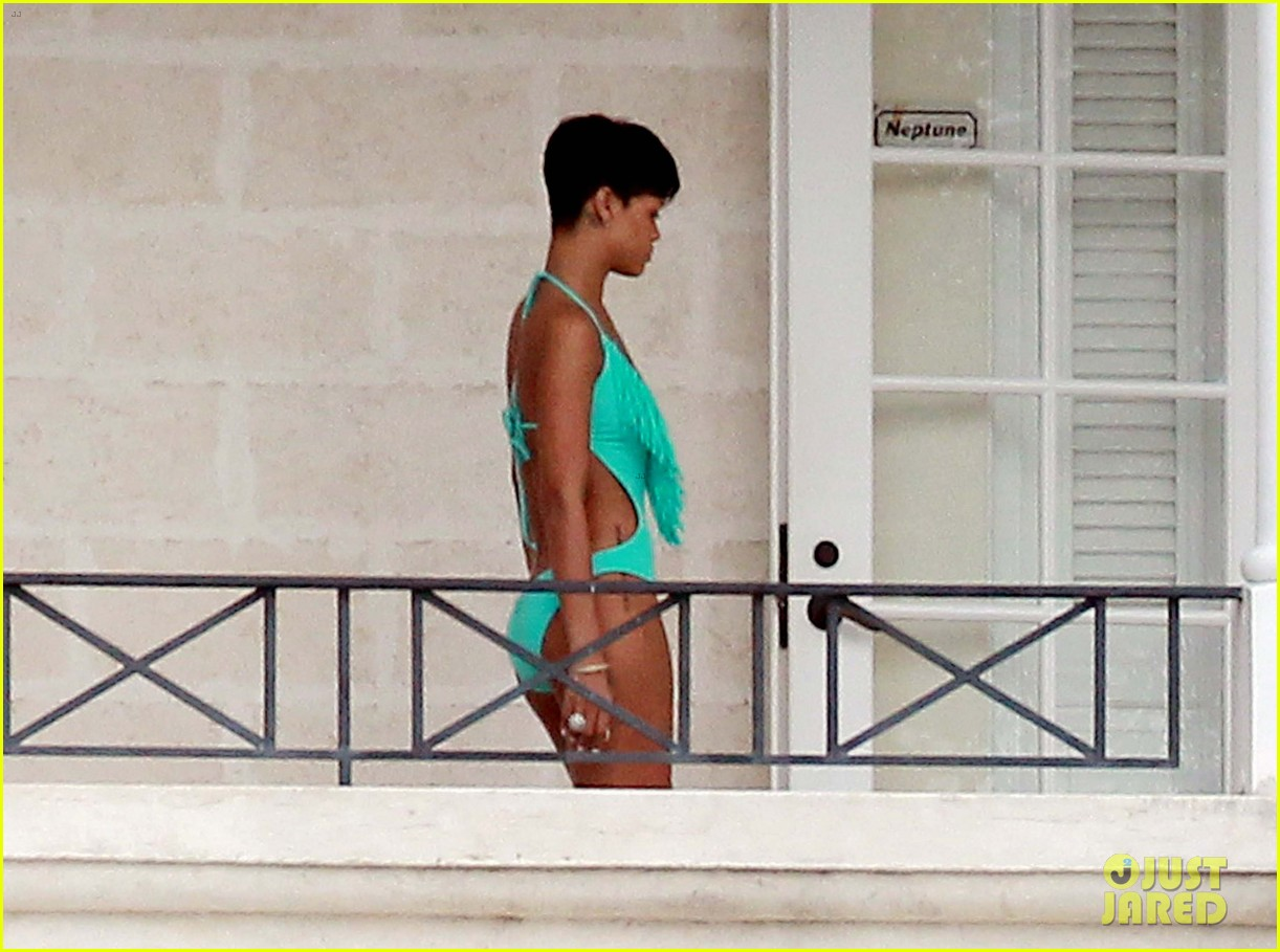 rihanna bikini barbados 09