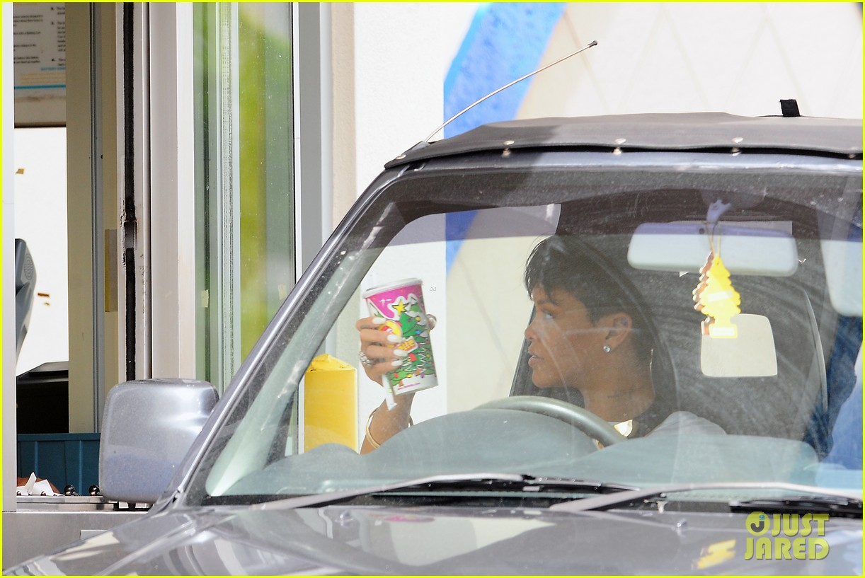 rihanna holiday shopping in barbados 092779292