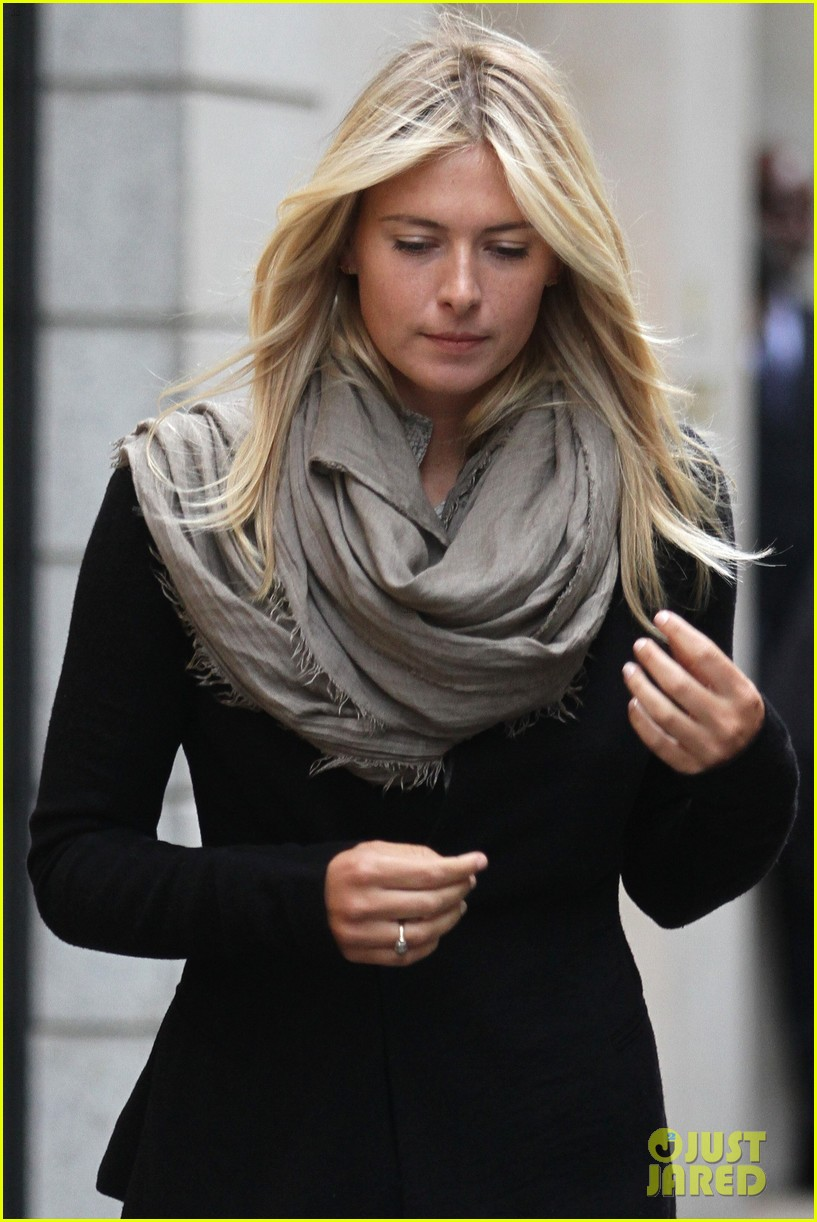 maria sharapova christmas shopping at armani milan store 08