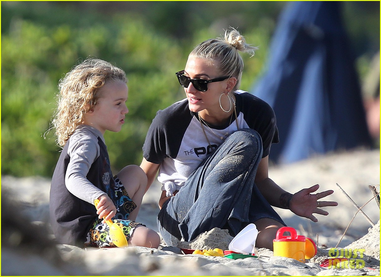 ashlee simpson beach kisses for bronx 01