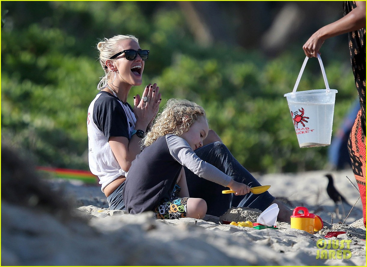 ashlee simpson beach kisses for bronx 05