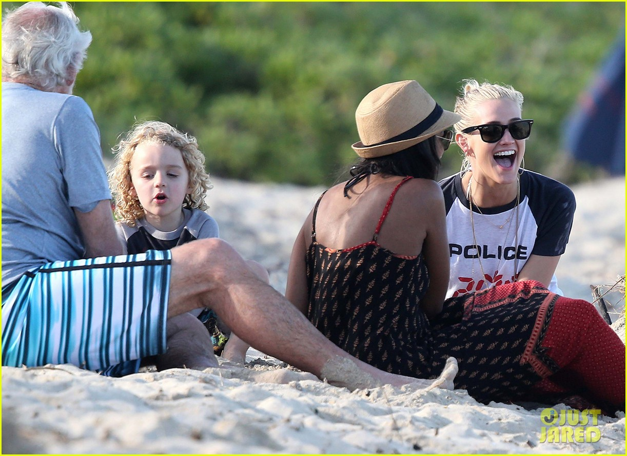 ashlee simpson beach kisses for bronx 142781790