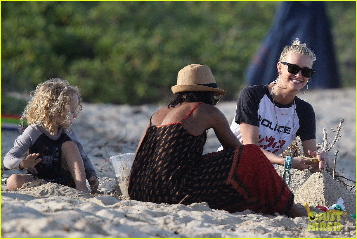 ashlee simpson beach kisses for bronx 17