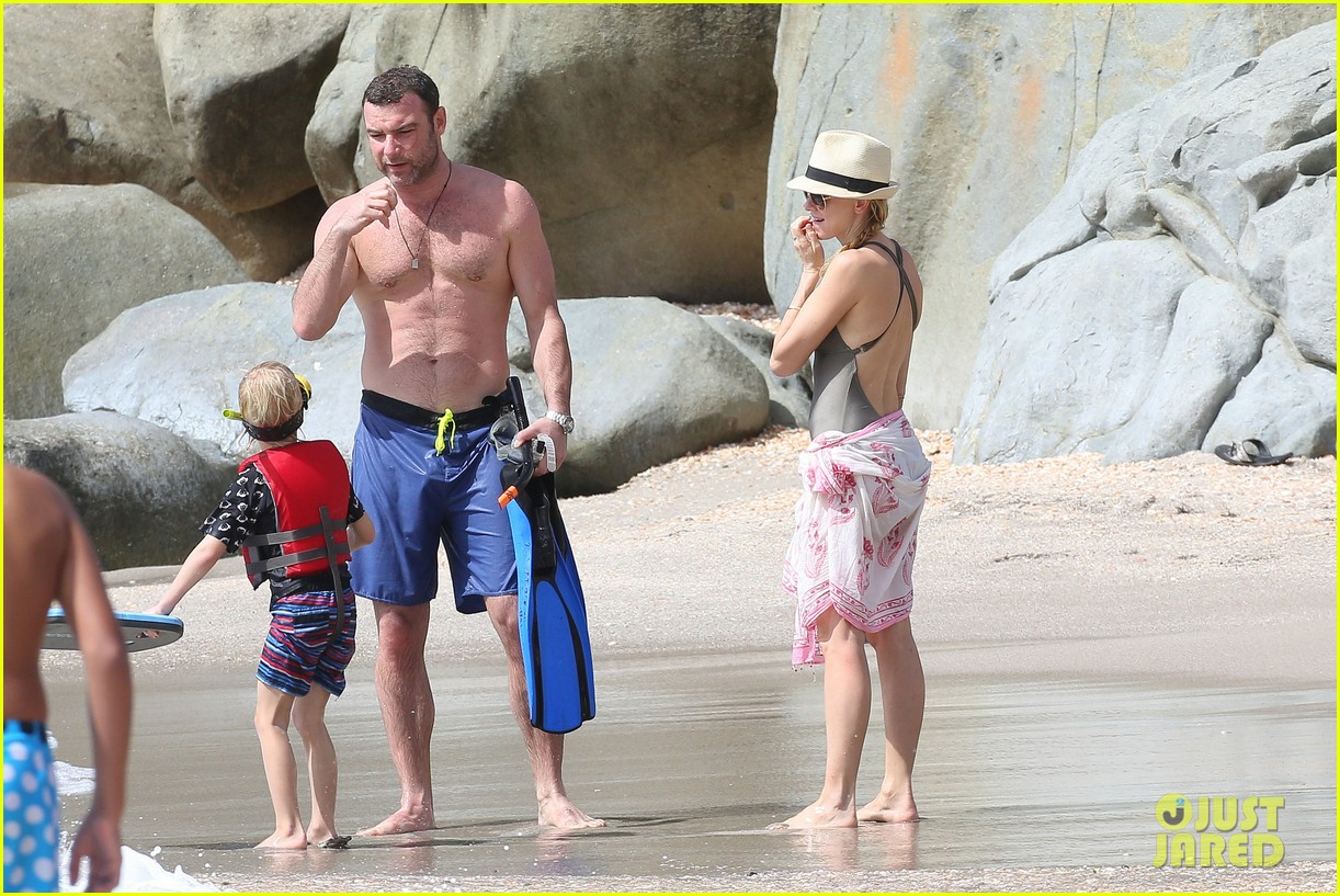 naomi watts shirtless liev schreiber new years eve beach day 10