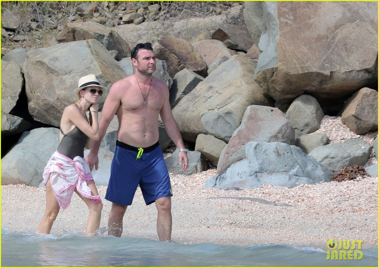 naomi watts shirtless liev schreiber new years eve beach day 19