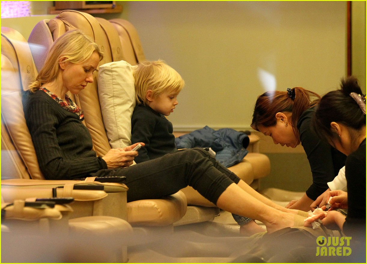 naomi watts samuel mother son pedicures 06